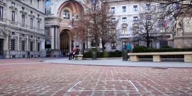 Sur la piazza della Scala, à Milan, du ruban adhésif sur le sol indique la présence d'une autre oeuvre de Salvatore Garau,« Buddha in contemplazione».