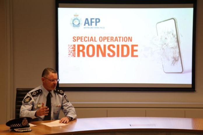 Le commissaire adjoint de la police fédérale australienne Nigel Ryan en conférence de presse, le 8 juin 2021 à Sydney, après le coup de filet mondial qui a permis l'arrestation de centaines de malfaiteurs.