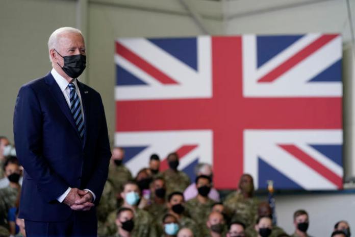 Le président des Etats-Unis, Joe Biden, sur la base aérienne de Mildenhall, dans la région du Suffolk, en Angleterre, le 9 juin.