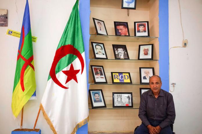 Moussa Naït Amara, militant et journaliste, au bureau régional du RCD à Béjaïa, Algérie, le 9 juin 2021.