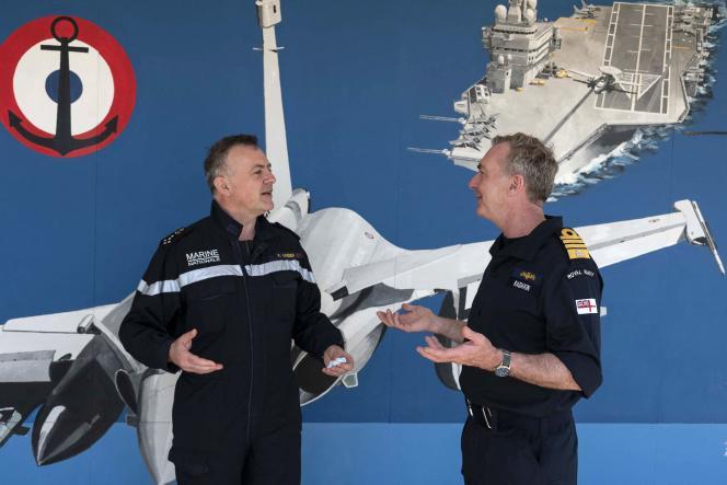 Le chef d'état-major de la marine française, Pierre Vandier, à gauche, avec son homoloque britannique, Tony Radakin, à Toulon, le 3 juin 2021.