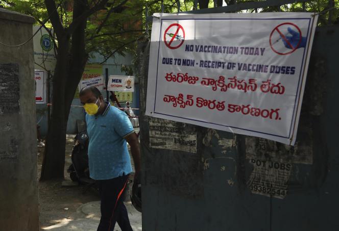 Un homme passe devant un portail sur lequel une affiche indique qu'aucune dose de vaccin n'a été reçue dans ce centre de vaccination de Hyderabad, en Inde, le 3 mai 2021.