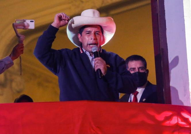 Pedro Castillo, le candidat de la gauche radicale, s'adresse du balcon du QG de son parti, à ses partisans, le 10 juin 2021.