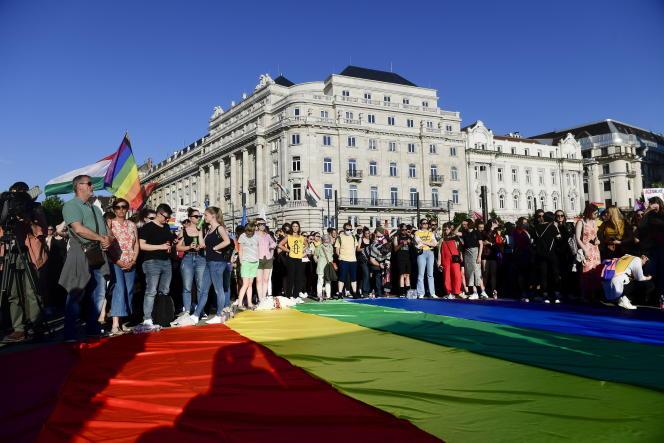 Manifestation pour la défense des droits LGBT devant le Parlement hongrois à Budapest, le 14 juin 2021.