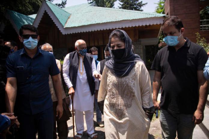 Farooq Abdullah, président de la Conférence nationale de Jammu-et-Cachemire (au second plan) etMehbooba Mufti, présidente du Parti démocratique du peuple de Jammu-et-Cachemire (au centre), le 22 juin àSrinagar.