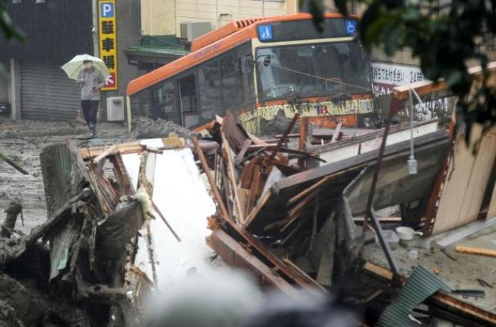 Les coulées de boue ont endommagé bus et maisons à Atami, dans le centre du Japon, samedi 3 juillet 2021.