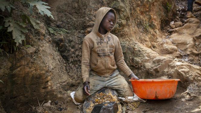 Victorin (le prénom a été changé) travaille dans la mine d'or artisanale de Kadumwa, près du village de Luhwindja, dans l'est de laRépublique démocratique du Congo (RDC), le 24 juin 2021.