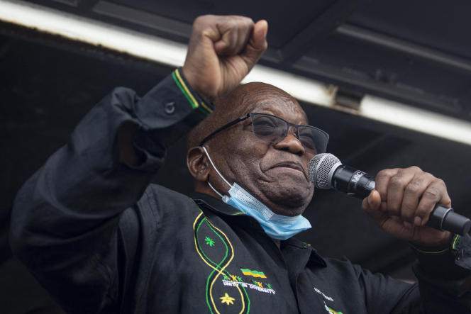 L'ancien président sud-africain Jacob Zuma s'adresse à ses partisans devant sa maison de Nkandla, dans son fief du Kwazulu-Natal, le 4 juillet 2021.