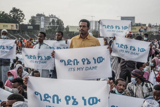 Des Ethiopiens expriment leur soutien au barrage de la Renaissance, à Addis-Abeba, le 13mai 2021.