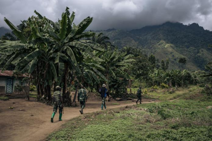 Des soldats congolais patrouillent dans le village de Mwenda, cible d'une attaque des Forces démocratiques alliées (ADF), le 23mai 2021.