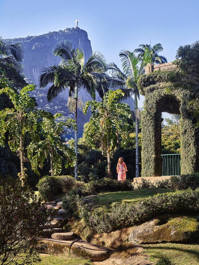 Page de gauche, la butte de l'Empereur, point culminant du jardin botanique de Rio. Au fond, le Christ rédempteur.