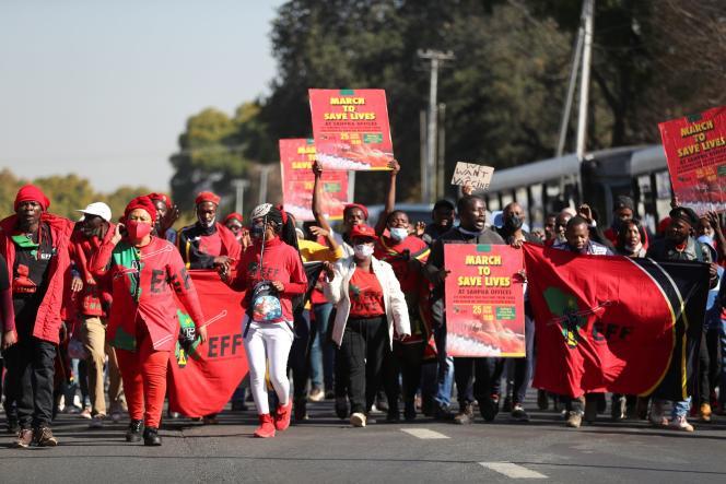 Des partisans du parti Combattants pour la liberté économique, lors d'une marche pour exiger le déploiement des vaccins contre le Covid-19, à Pretoria, en Afrique du Sud, le 25 juin 2021.