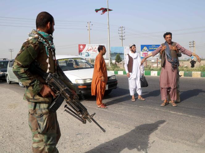 Un soldat de l'armée afghane fouille un homme à un poste-frontière dans la province de Herat, le 9 juillet 2021.