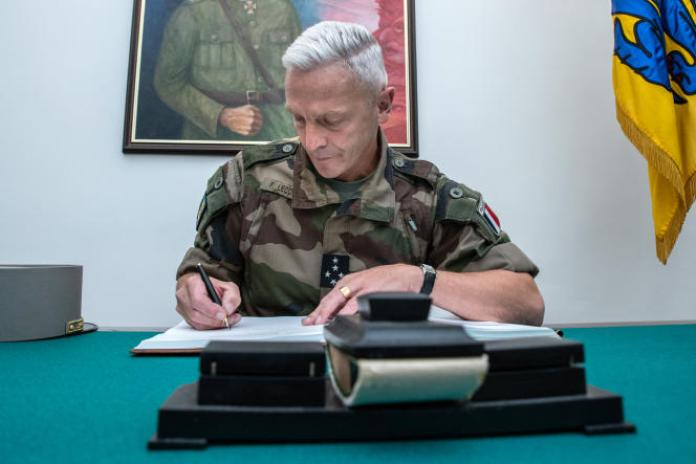 François Lecointre, chef d'état-major des armées françaises, signe le livre d'or, le 27 août 2020 à Tallinn, en marge d'une cérémonie de remise de prix aux soldats estoniens qui ont été blessés lors d'une attaque contre une base militaire au Mali l'année dernière.