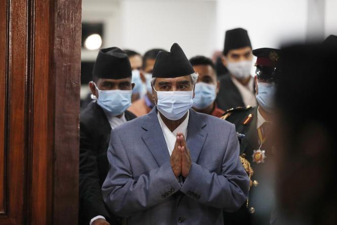 Sher Bahadur Deuba,nouveau premier ministre du Népal,prête serment devant la chef de l'Etat, le 13 juillet 2021 à Katmandou.