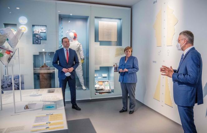 La chancelière allemande, Angela Merkel, et le ministre de la santé, Jens Spahn, écoutent Lothar Wieler, le président de l'Institut de veille sanitaire Robert-Koch à Berlin, le 13 juillet 2021.