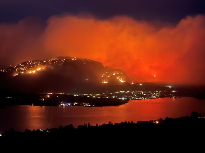 Un feu de forêt, vu du belvédère de l'autoroute3 près de la ville d'Osoyoos, Colombie-Britannique, au Canada, le 20juillet2021.