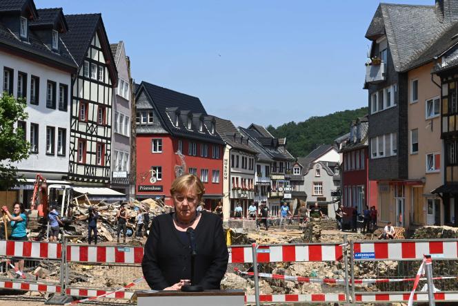 «Ce sont des inondations qui dépassent l'imagination, quand on voit leurs effets sur place», a déclaré la chancelière, venue constater l'étendue des dégâts dans la petite commune médiévale de Bad Münstereifel, en Rhénanie-du-Nord-Westphalie.