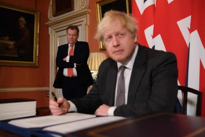 Le secrétaire d'Etat britannique chargé des questions européennes, David Frost, et le premier ministre, Boris Johnson, le 30 décembre 2020 à Londres.