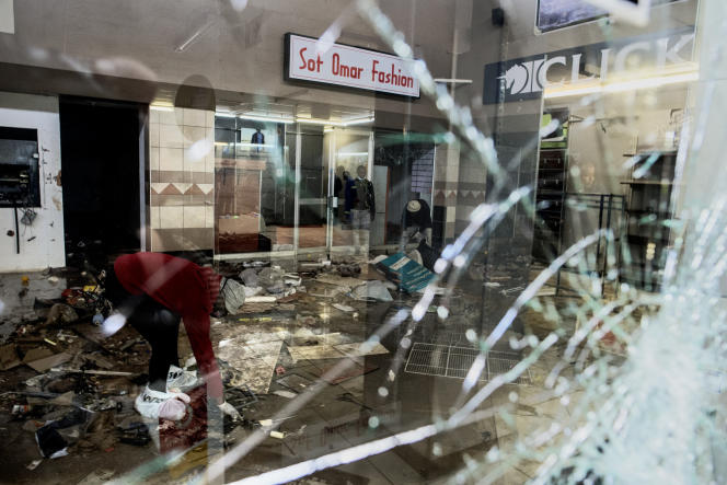Après une scène de pillage dans le centre commercial Bara, à Soweto, dans le sud-ouest de Johannesburg, le 15 juillet 2021