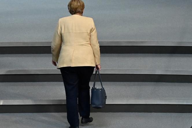 La chancelière allemande Angela Merkel quitte la salle plénière lors d'une session au Bundestag, la chambre basse du parlement allemand, à Berlin, le 7 septembre 2021.
