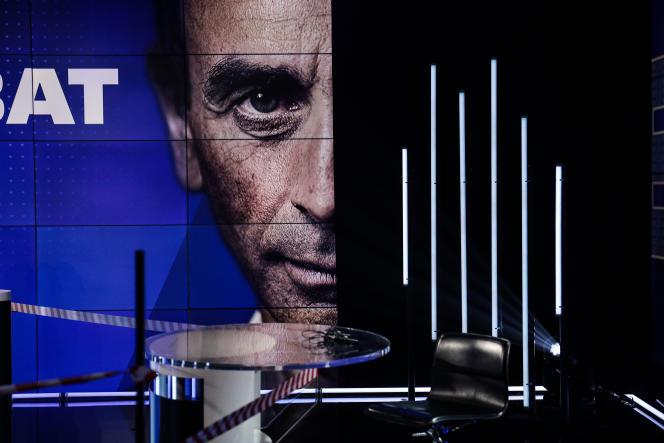 Le plateau de BFM-TV, avant le débat entre Eric Zemmour et Jean-Luc Mélenchon, à Paris, 23 septembre.