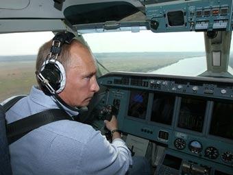 Владимир Путин в кабине Бе-200. Фото с сайта premier.gov.ru