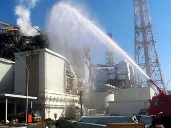 """Пожарные заливают водой энергоблок """"Фукусимы-1"""". Фото (c)AFP"""