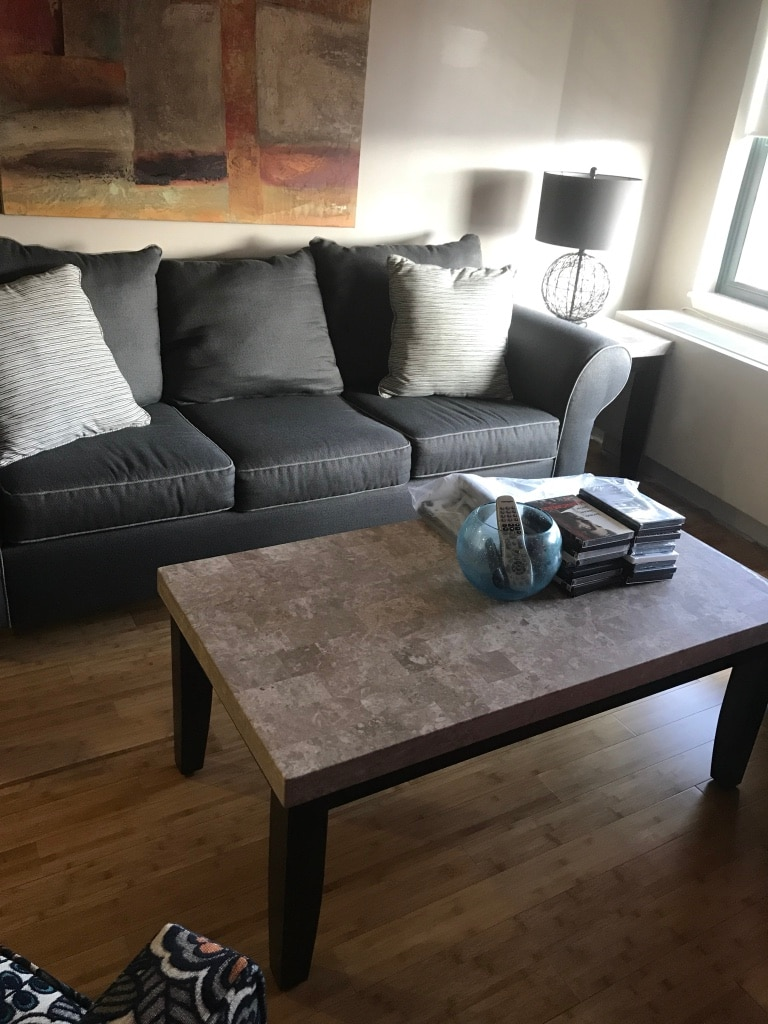 black and gray sectional couch and end cocktail tables with lamps usage a vendre