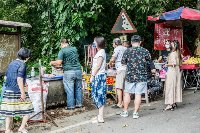[礁溪美食]礁溪香腸伯/在地人都推薦的炭烤香腸攤,潤餅皮包米腸香腸超特別!