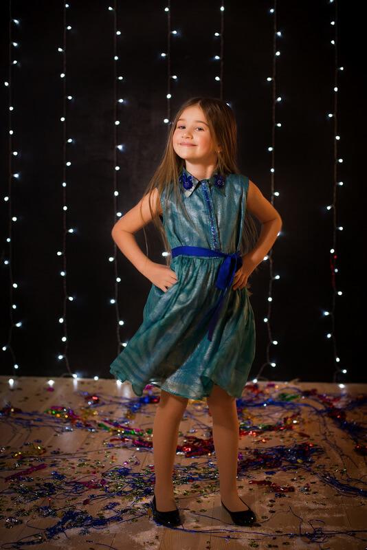 Платье-рубашка детское зеленое с бисером и пайетками