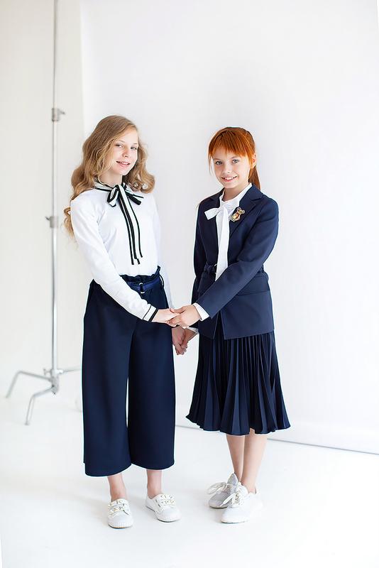 Трикотажная школьная блузка с контрастным бантом и манжетами