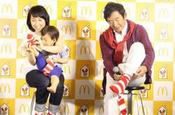 石田純一、久しぶりの靴下に「照れくさい」 – 息子・理汰郎君とのペアルックも披露