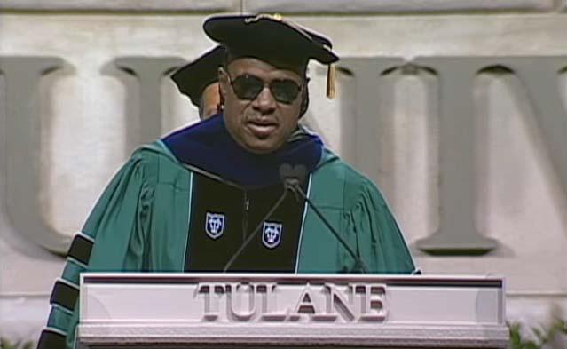 「もし100億の心が愛の元に集まれば」スティーヴィー・ワンダーが卒業生の未来に贈った言葉