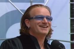 U2 ボノ「願うことは簡単だ。じゃあ、何ができる?」 卒業式スピーチで語った、未来への想い