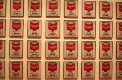 ただの缶の絵がどうして芸術に? ウォーホルが「ポップアートの父」と呼ばれる理由