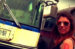 時をかける外国美女、昭和のバスに出会う