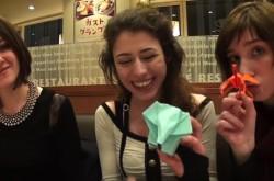 折り紙の神が降りた!? 外国美女、はじめての折り紙で「謎の生物」を作る