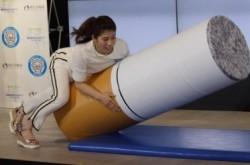 吉田沙保里らが受動喫煙の怖さを思い知る 最後は巨大タバコに渾身のタックル