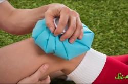 ぶつけた膝を氷で冷やす効果を解説