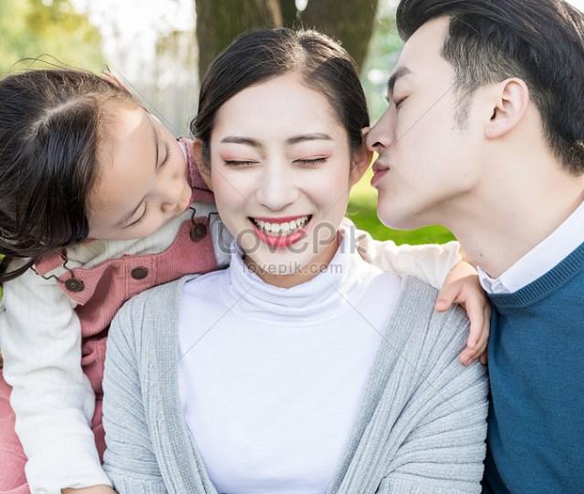 Ayah Dan Anak Perempuan Mencium Ibu Gambar Unduh Gratis_imej
