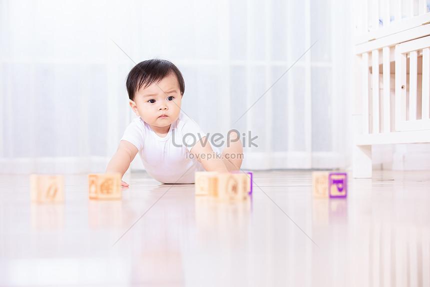 嬰兒坐在地板上玩耍圖片素材-JPG圖片尺寸6720 × 4480px-高清圖片501384182-zh.lovepik.com