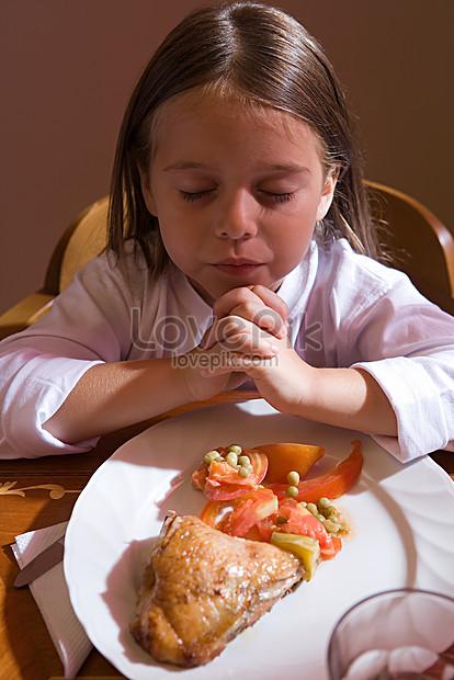 Gambar Anak Berdoa Sebelum Makan : gambar, berdoa, sebelum, makan, Gadis, Berdoa, Sebelum, Makan, Gambar, Unduh, Gratis_, 501485400_Format, JPG_lovepik.com