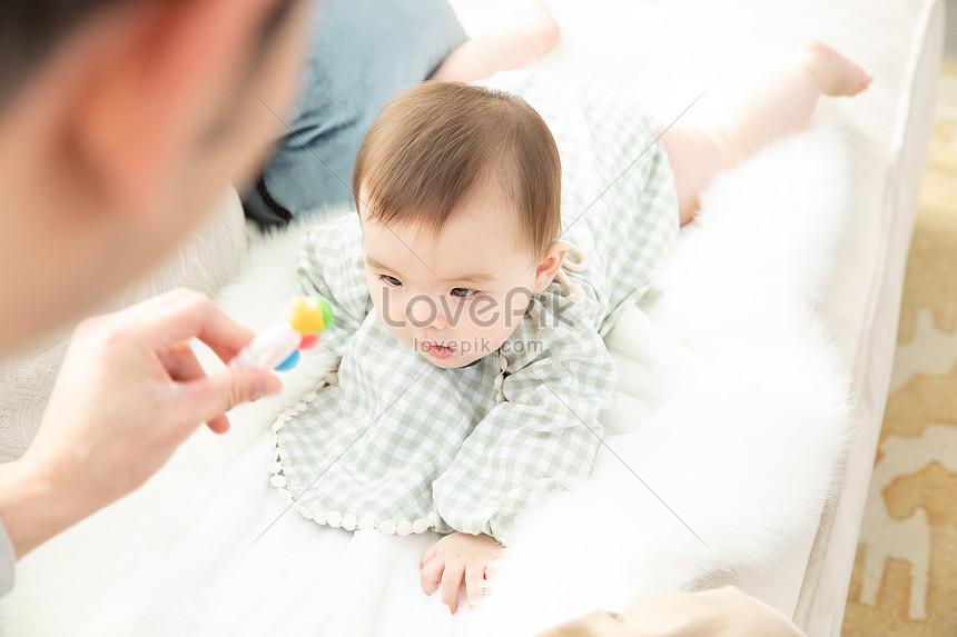 爸爸拿著玩具吸引嬰兒圖片素材-JPG圖片尺寸6720 × 4480px-高清圖片501577156-zh.lovepik.com