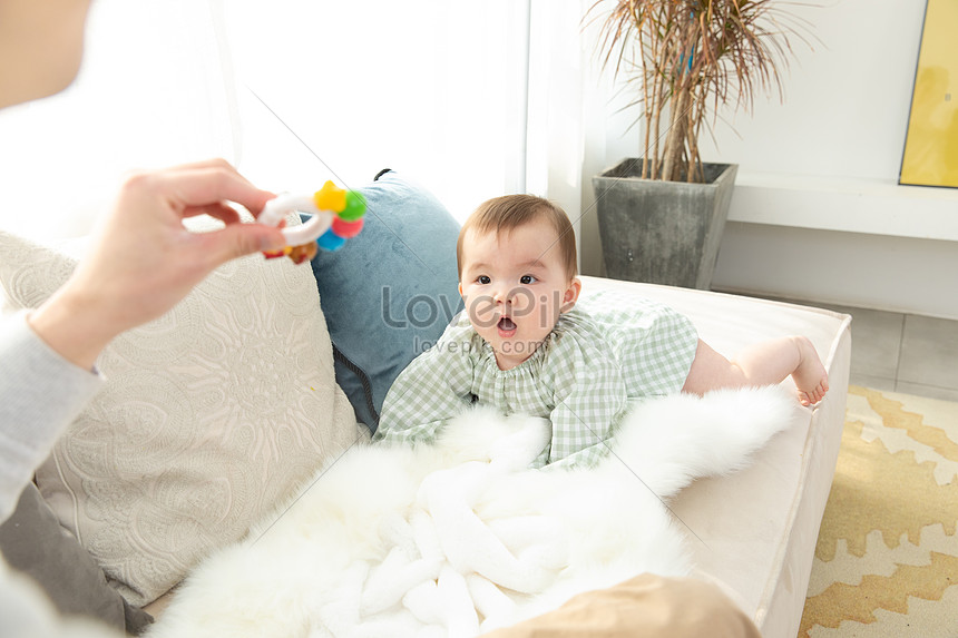 爸爸拿著玩具吸引嬰兒圖片素材-JPG圖片尺寸6720 × 4480px-高清圖片501577159-zh.lovepik.com