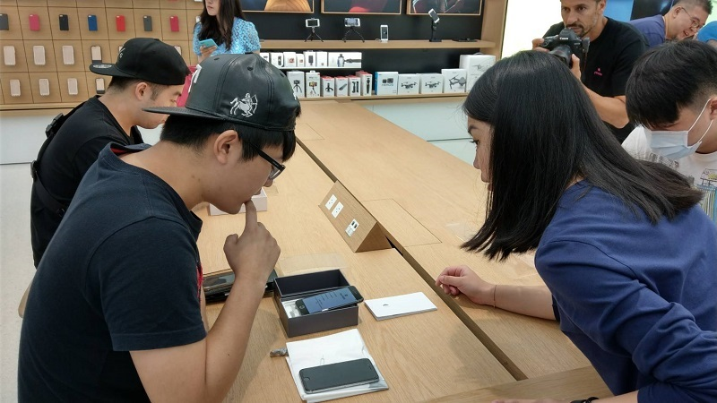 iPhone 8 上市首日蘋果直營店直擊!官網明天開放第二梯次預約可現取 | 自由電子報 3C科技