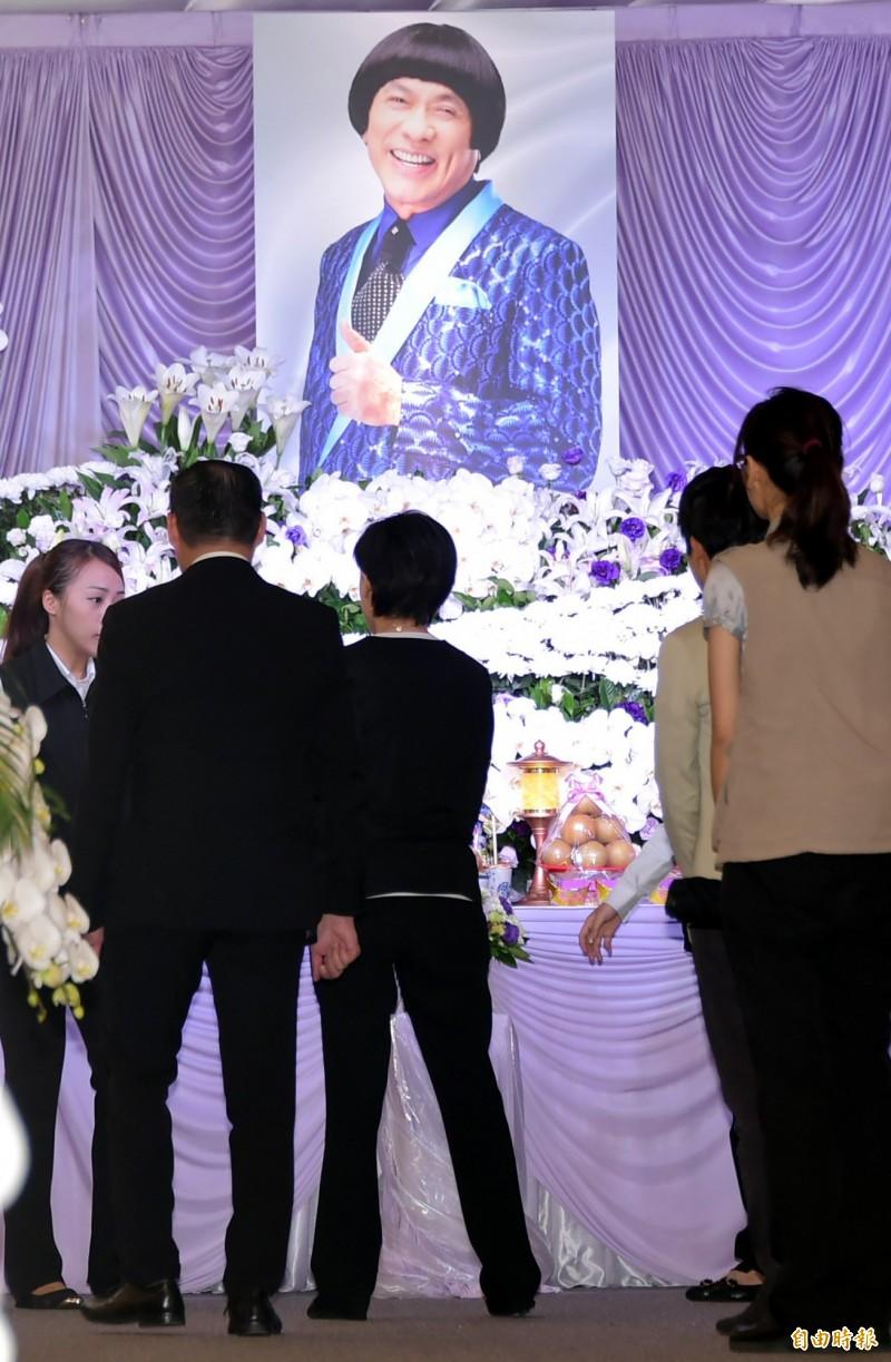 緬懷豬哥亮 文化部長鄭麗君上香 - 自由娛樂