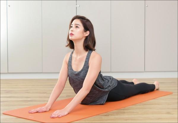 (新春專題)莫允雯過年放肆吃 靠飛輪瑜伽健康瘦 - 自由娛樂