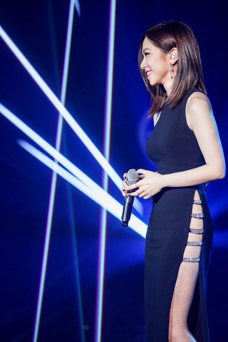 鄧紫棋幫唱前緋聞對象華晨宇 網友熱議「有穿內褲嗎」 - 自由娛樂