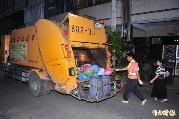 清潔員跟車走到昏倒 恆春將改定點定時收垃圾 - 生活 - 自由時報電子報